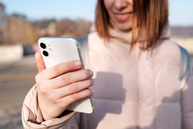 Donna felice che registra video blog o crea storie sul suo smartphone in streaming podcast online in