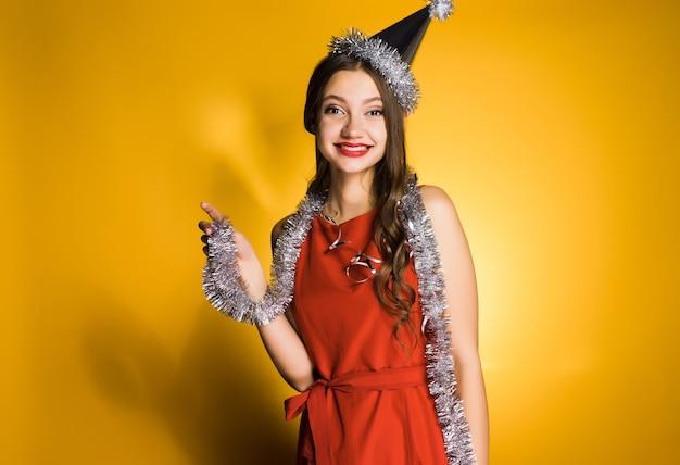 Donna felice in abito rosso e berretto festivo