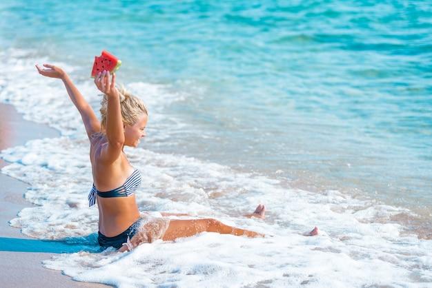 Donna felice che si distende sulla spiaggia