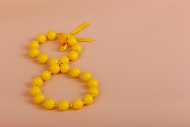 Felice festa della donna, con perlina e fiocco gialli, otto marzo, 8 marzo su carta