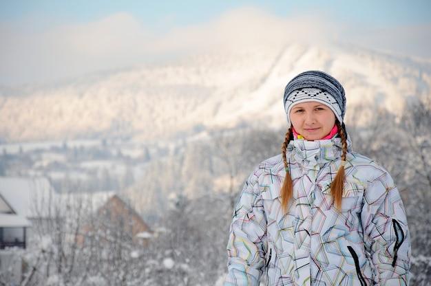 Donna felice sulla neve nelle montagne dei carpazi