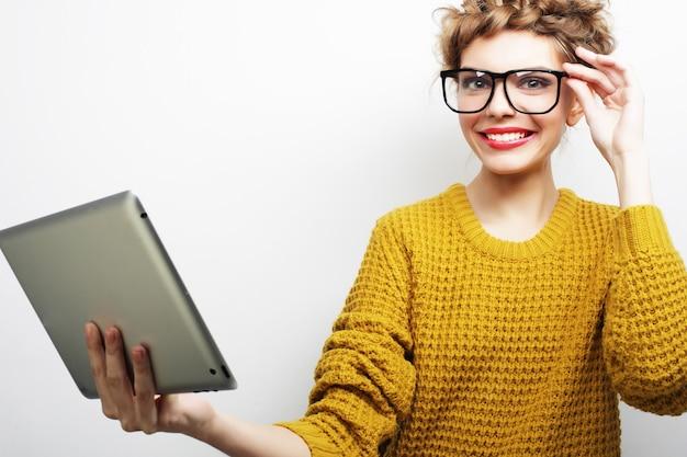Donna felice che prende selfie con tavoletta digitale Foto Premium