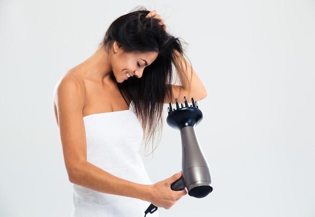 Donna felice in tovagliolo che asciuga i suoi capelli
