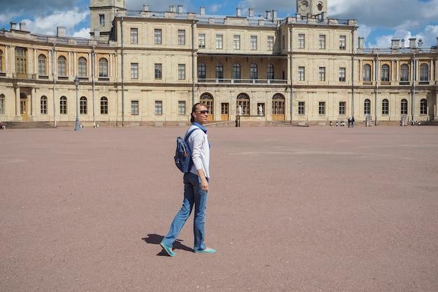 Donna felice in viaggio e visitare un antico palazzo