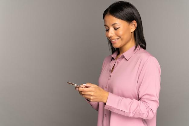 La donna felice usa lo smartphone per lo shopping online con connessione wifi o g internet mobile online