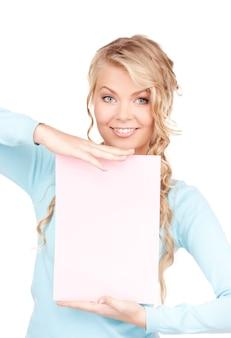Donna felice con bordo bianco su bianco