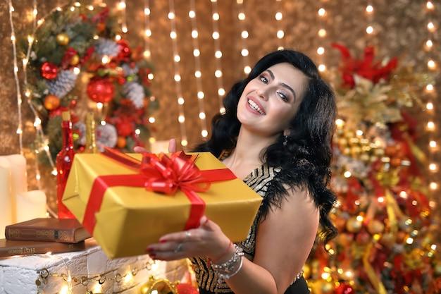 Donna felice con un regalo di natale.