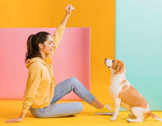 Donna felice con un cane carino