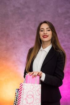 Donna felice con sorridere dei sacchetti del regalo. concetto di shopping, venerdì nero