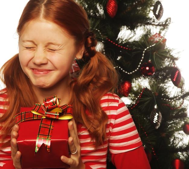 Donna felice con confezione regalo e albero di natale