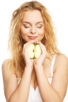 Donna felice con mela verde isolato su sfondo bianco