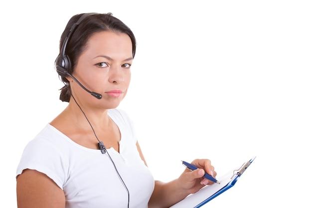 Donna felice con auricolare che lavora al callcenter tieni gli appunti su uno sfondo bianco