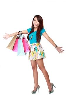 Donna felice con borse della spesa