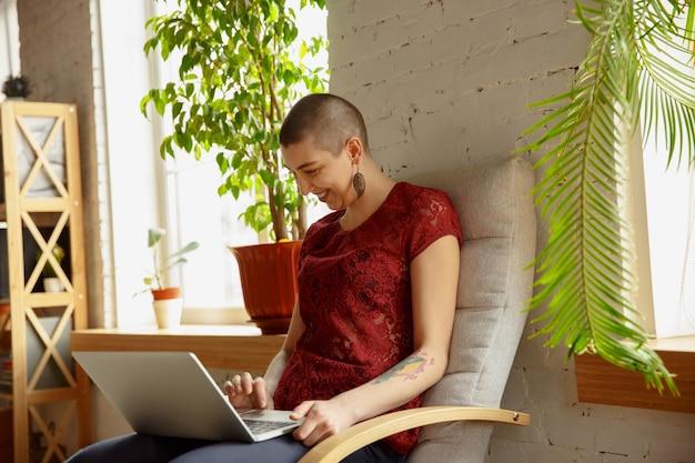 Donna felice che lavora da casa, concetto di ufficio remoto.