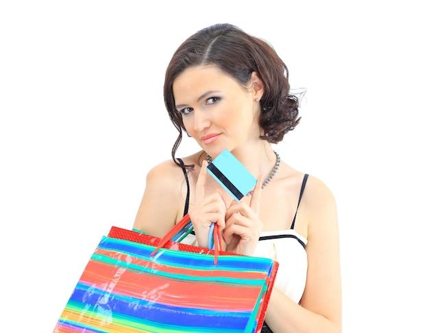 Felice giovane ragazza adulta, con borse con codice colore.