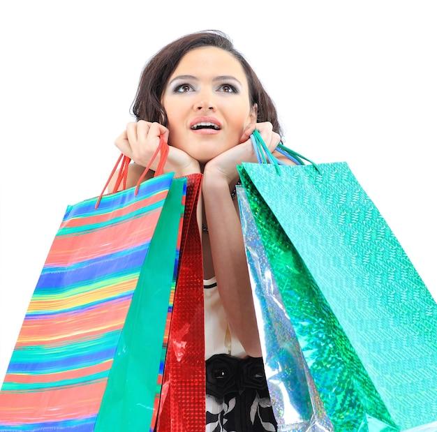 Felice giovane ragazza adulta con borse codificate a colori
