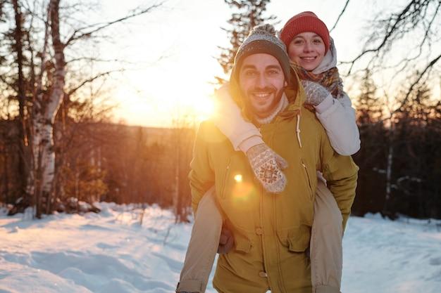 Felice giovane coppia affettuosa in abbigliamento invernale