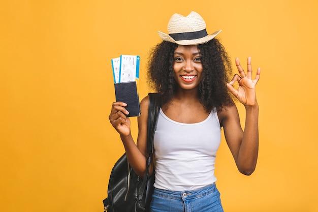 Felice giovane donna afroamericana nera con biglietti aerei