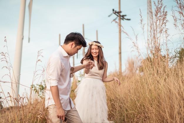 Giovani coppie asiatiche felici nell'amore che hanno un buon tempo