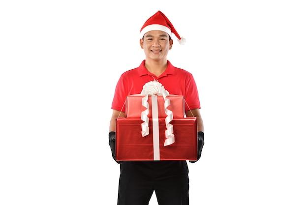 Felice giovane fattorino asiatico in uniforme rossa