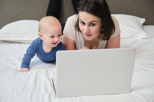 Felice giovane bella madre che gioca con il figlio del bambino