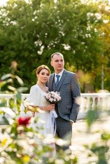 Giovani sposi felici nel giorno del loro matrimonio una coppia di sposi è una nuova famiglia