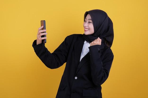 Felice giovane imprenditrice ottenendo buone notizie su giallo