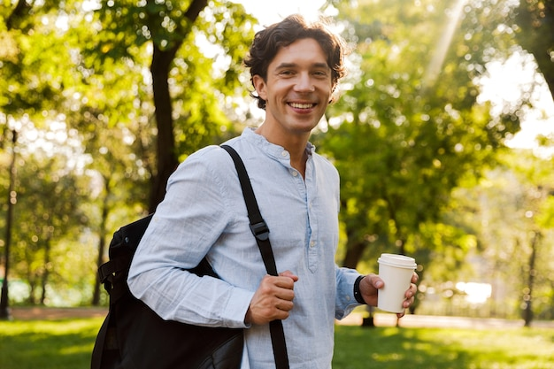 Felice giovane uomo casual bere caffè