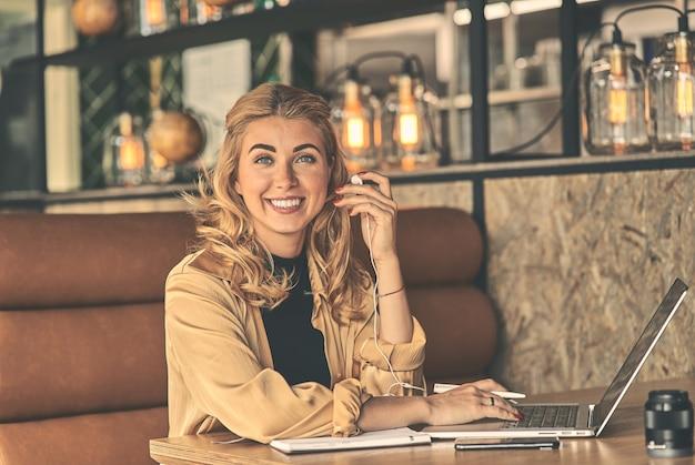 Felice giovane donna d'affari caucasica