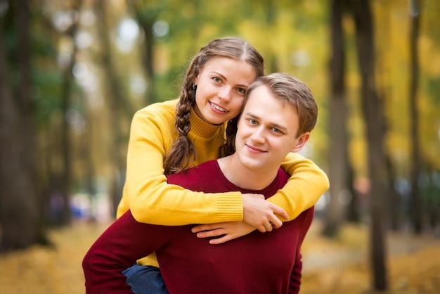 Felice giovane coppia in autunno park