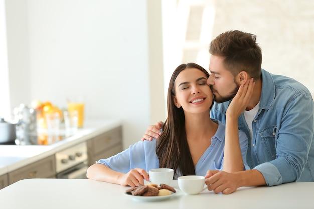 Felice giovane coppia in cucina a casa