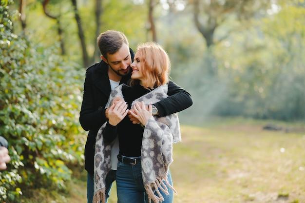 Giovani coppie felici nell'amore al parco