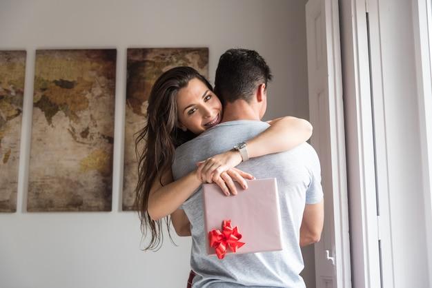 Giovani coppie felici nell'amore che si sorprende con i regali