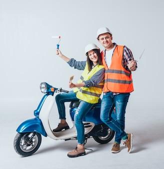 Felice giovane coppia in moto. shopping per la costruzione