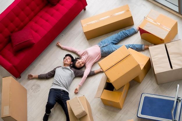 Giovani coppie felici che si trasferiscono insieme alla nuova casa, vista dall'alto