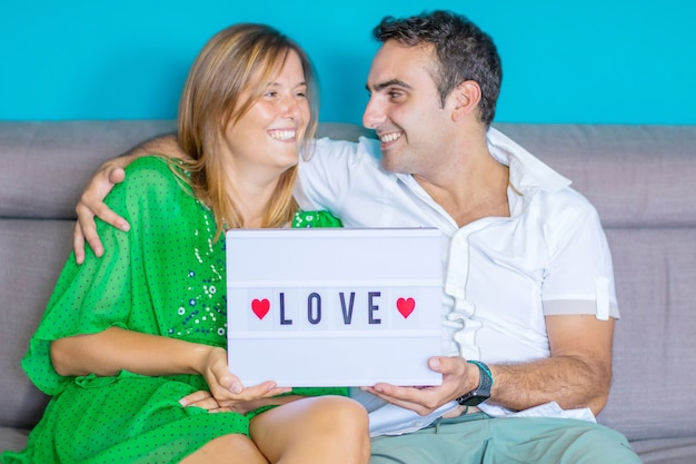 Felice giovane coppia su un divano