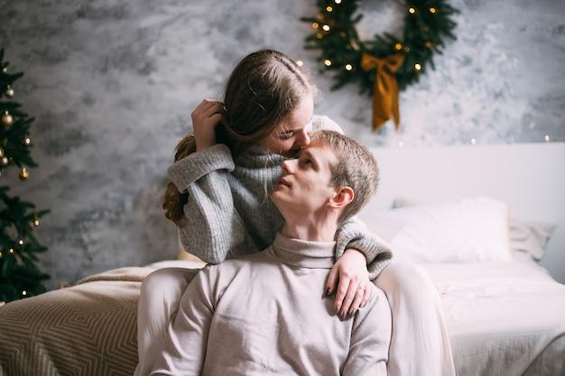 Giovani coppie felici che soggiornano a letto a casa