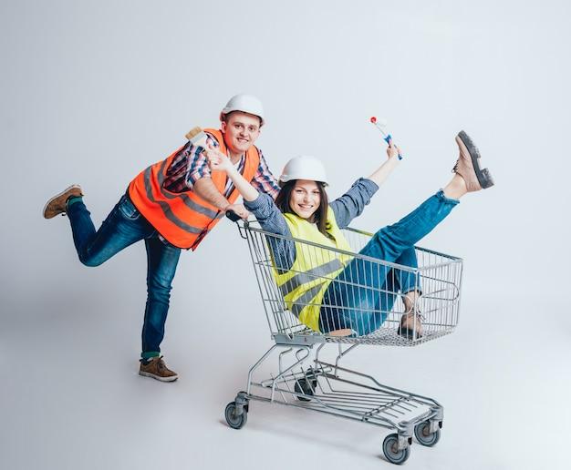 La giovane coppia felice è andata a fare spese per la costruzione e la riparazione di una nuova casa.