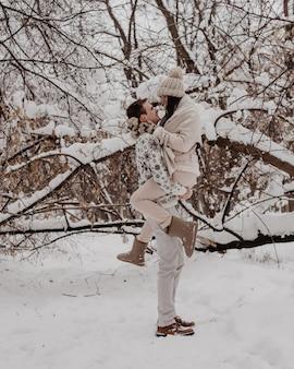 Giovani coppie felici in winter park divertendosi. famiglia all'aperto. amore.
