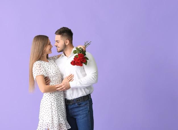 Felice giovane coppia con un mazzo di fiori Foto Premium