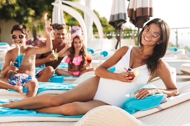 Felice giovane famiglia divertendosi a bordo piscina