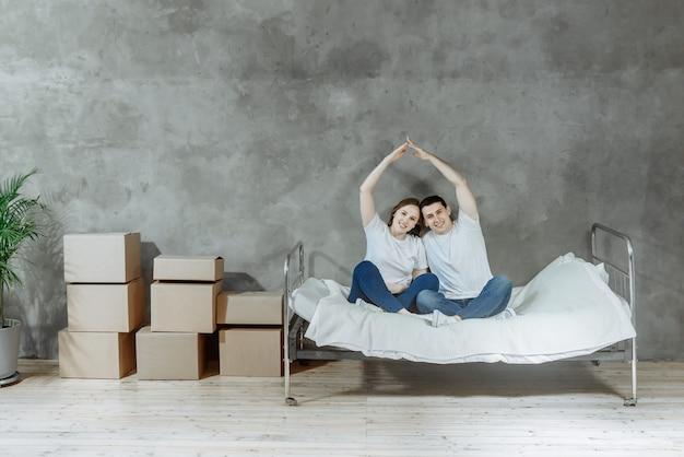 Felice giovane padre di famiglia e donna si trasferiscono in un nuovo appartamento