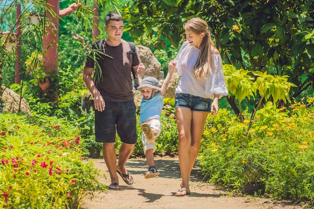 Felice giovane famiglia trascorrere del tempo all'aperto in una giornata estiva