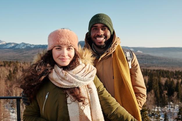 Felice giovane coppia interculturale che trascorre la giornata invernale fuori