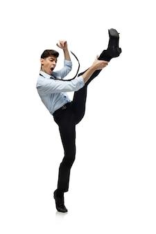 Felice giovane che balla in abiti casual o si adatta al rifacimento di mosse leggendarie di celebrità