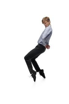 Felice giovane che balla in abiti casual o in completo, rifacendo mosse leggendarie di celebrità