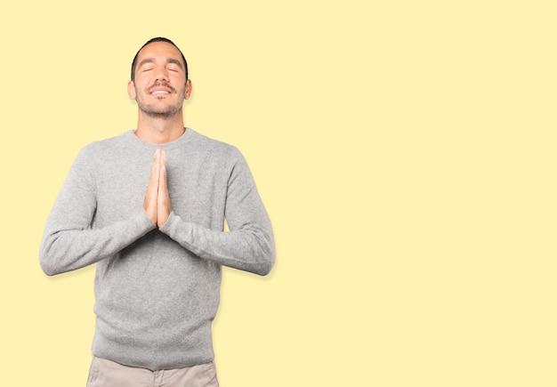 Gesto di preghiera del giovane felice