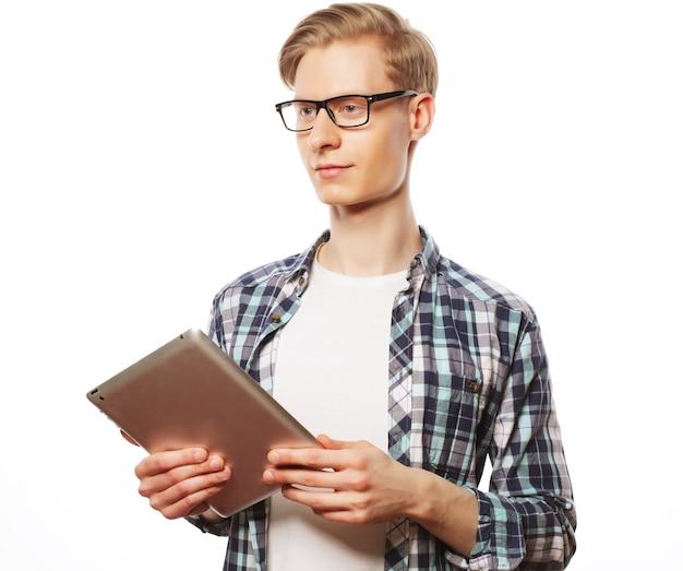 Felice giovane con tavoletta digitale isolato su sfondo bianco