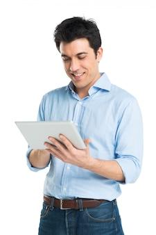 Felice giovane uomo utilizzando la tavoletta digitale