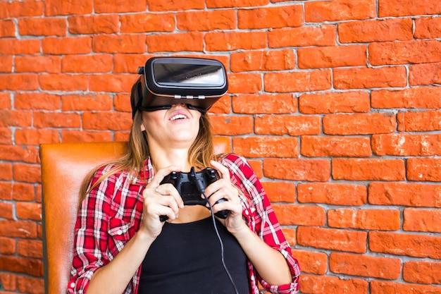 Giovane felice con auricolare per realtà virtuale o occhiali 3d con controller gamepad